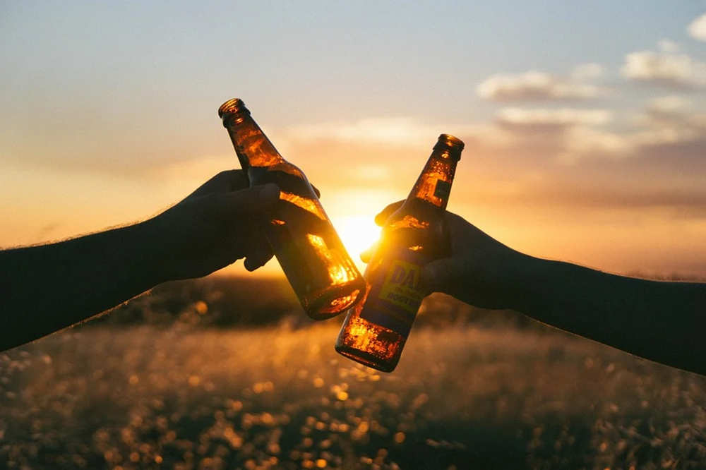 适合喝酒时发动态的文案 聚会喝酒时文案